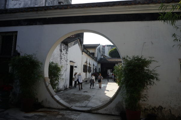 Typická orientálna brána v Mandarínovom dome v Macau
