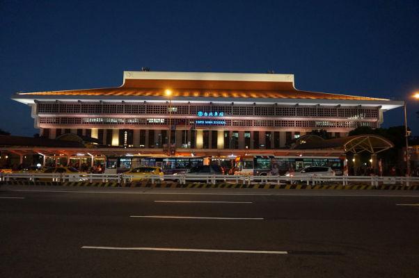 Hlavná stanica v Tchaj-peji v noci