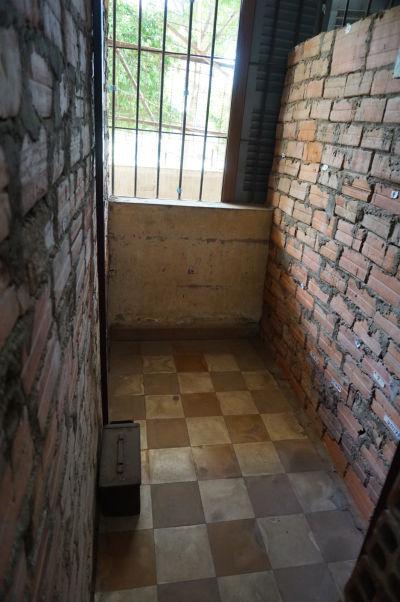 Cely vo väzení Tuol Sleng v Phnom Penhu sú veľké asi ako sprchovací kút