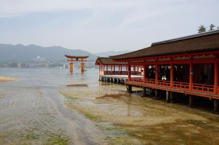 Svätyňa Icukušima a brána torii počas odlivu