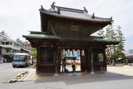 Jedna z mnohých niómon brán v Icukušime