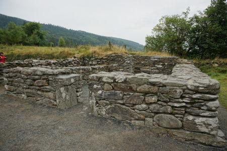 Zvyšky stavby v kláštore v Glendalough