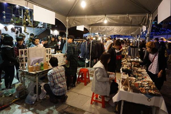 Jeden z mnohých nočných trhov v Tchaj-peji (Huashan 1914 Creative Park)
