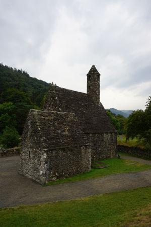 Kostol sv. Kevina v ruinách kláštora v Glendalough