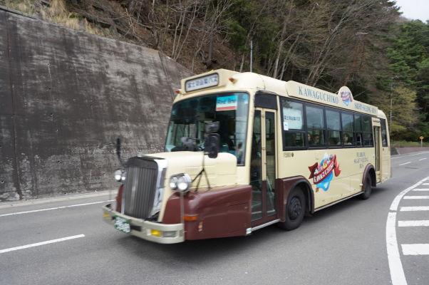 Turistický autobus premávajúci okolo jazera Kavaguči