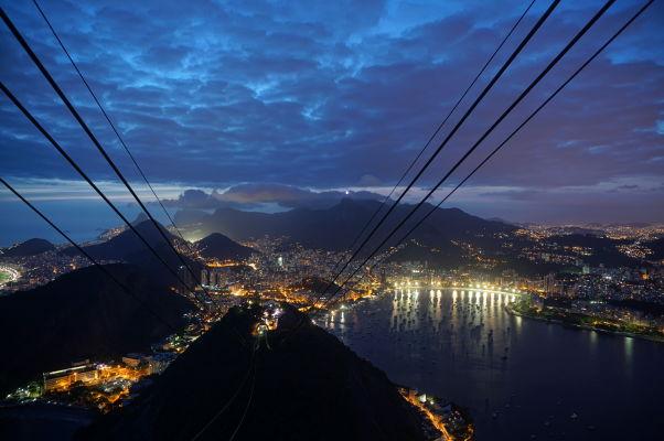 Pohľad na Rio de Janeiro po západe Slnka z Cukrovej homole