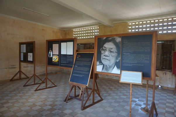 Informačné tabule o vedení Červených Kmérov, ktorého členovia sú alebo boli súdení za zločiny proti ľudskosti - Väzenie Tuol Sleng (S-21) v Phnom Penhu