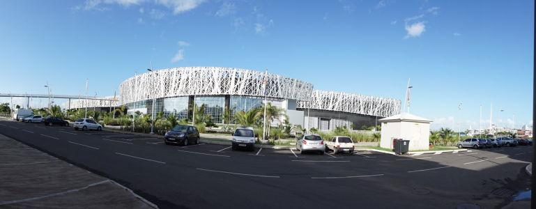Budova Múzea histórie otrokárstva v Pointe-à-Pitre je postavená v modernom architektonickom dizajne
