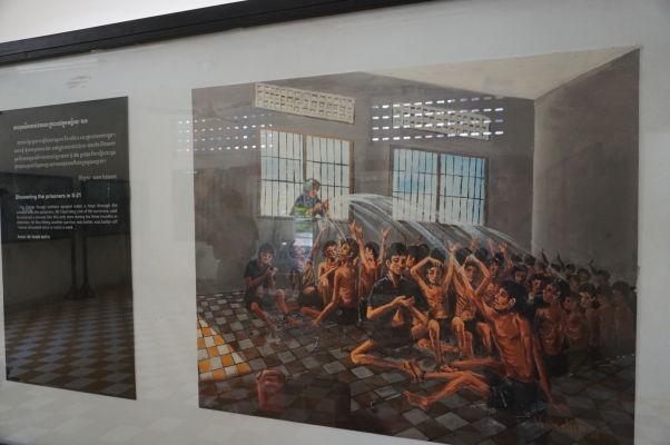 Sprchovanie väzňov - Obraz vo väzení Tuol Sleng (S-21) v Phnom Penhu