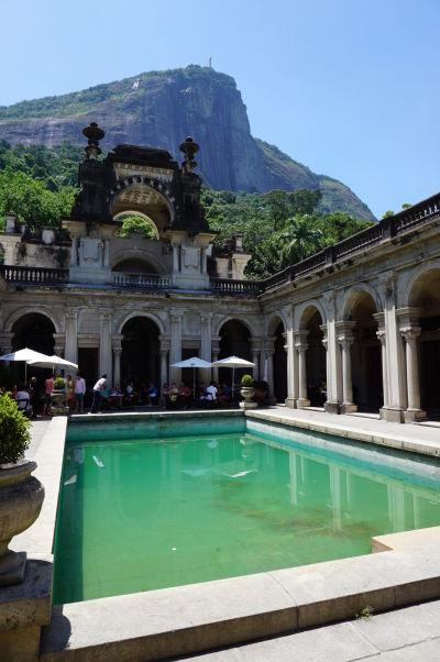 Historická kaviareň v Parque Lage v Riu de Janeiro, pod horou Corcovado so sochou Krista Vykupiteľa