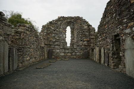 Zvyška Katedrály sv. Petra a Pavla v kláštore Glendalough - Na zemi i stenách je možné vidieť staré náhrobné kamene