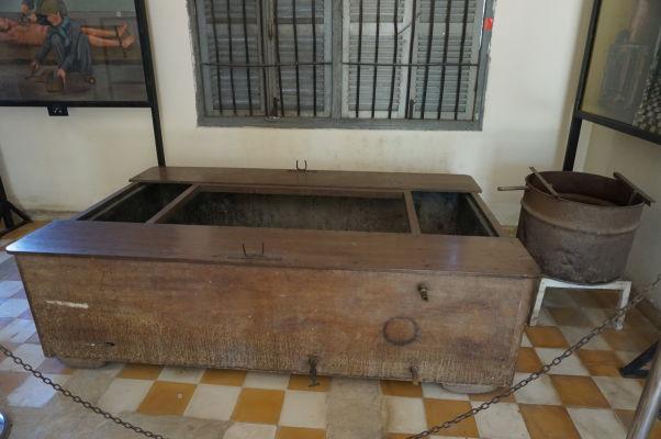 Mučiarensky nástroj pre topenie väzňov - Väzenie Tuol Sleng (S-21) v Phnom Penhu