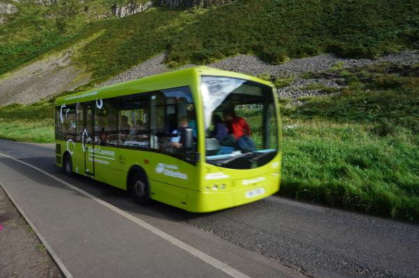 Autobus premávajúci medzi návštevníckym centrom a Obrovým chodníkom v Severnom Írsku