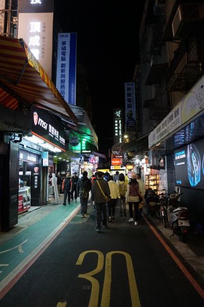 Obchody s elektronikou v okolí Guanghua Electronic Plaza v Tchajpeji