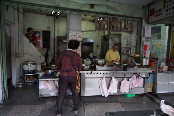 V uličkách Tchaj-nanu nájdete kopec malých reštaurácií so stolmi priamo na ulici