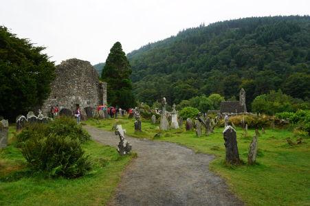 Zvyška Katedrály sv. Petra a Pavla v kláštore Glendalough, vpravo Kostol sv. Kevina