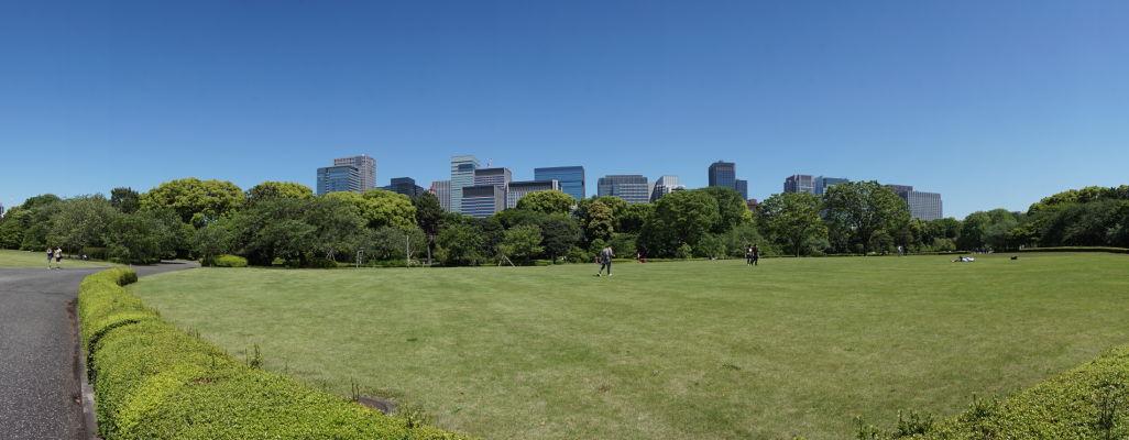 Cisársky palác v Tokiu - väčšinu jeho plochy tvorí krásny park, v ktorého pozadí vidieť moderné výškové budovy
