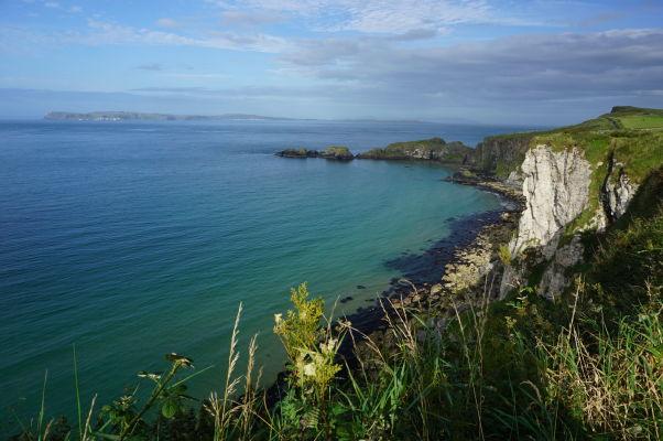 Útesy na severoírskom pobreží a ostrov Carrick-a-Rede v pozadí