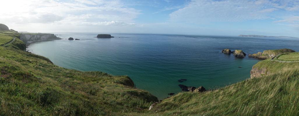 Útesy na severoírskom pobreží a ostrov Carrick-a-Rede (vpravo)