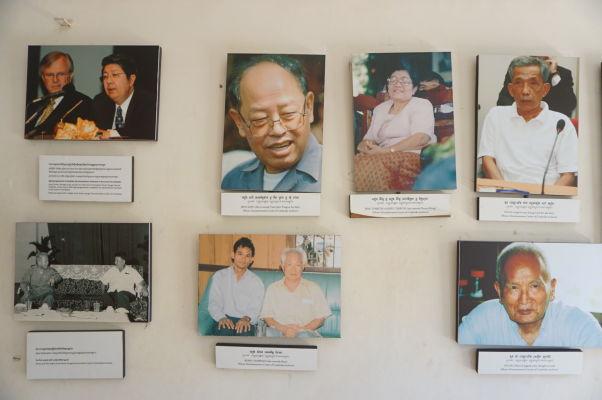 Väzenie Tuol Sleng (S-21) v Phnom Penhu - fotografie vrchných predstaviteľov zločinného režimu Červených Kmérov. Duč (šéf väzenia) hore úplne vpravo.