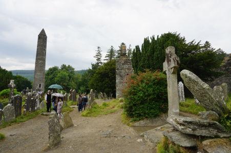 Cintorín v kláštore v Glendalough - Vľavo Kruhová veža, v strede katedrála a vpravo kamenný Kríž sv. Kevina