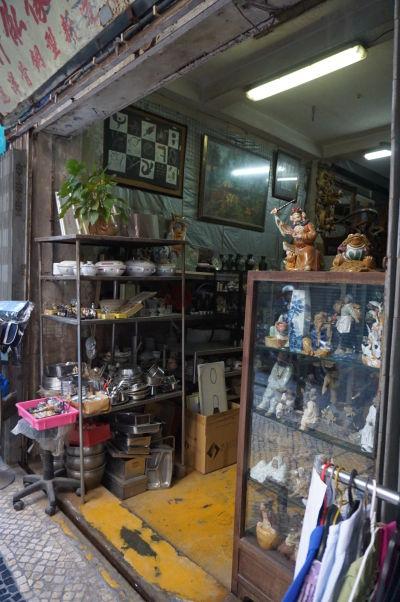 Jeden z obchodov s rôznymi miestnymi výrobkami na ulici Rua da Tercena v historickom centre Macaa