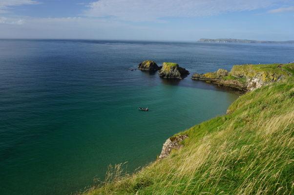 Priezračné more na severoírskom pobreží a ostrov Carrick-a-Rede