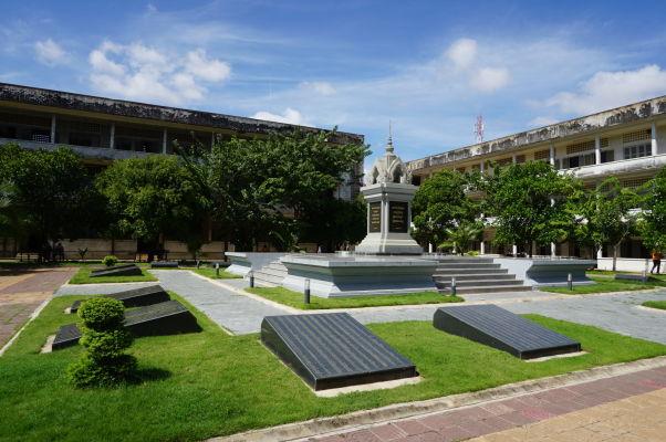 Nádvorie väzenia Tuol Sleng (S-21) v Phnom Penhu s pamätníkom jeho obetí