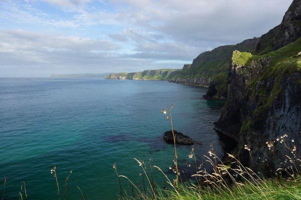 Útesy a priezračné more na severoírskom pobreží neďaleko ostrova Carrick-a-Rede