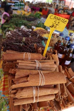 Na krytej tržnici v centre Pointe-à-Pitre môžete kúpiť napríklad aj škoricu