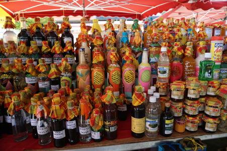Ponuka rôznych prírodných extraktov na krytej tržnici v centre Pointe-à-Pitre