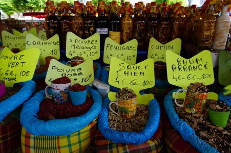 Na krytej tržnici v centre Pointe-à-Pitre môžete kúpiť rôzne druhy korenia