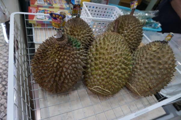 V obchodoch v historickom centre Macaa kúpite i čerstvé ovocie - vrátane durianu