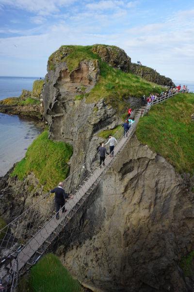 Lanový most z pevniny na ostrov Carrick-a-Rede, ktorý bol kedysi špuntom v kráteri sopky