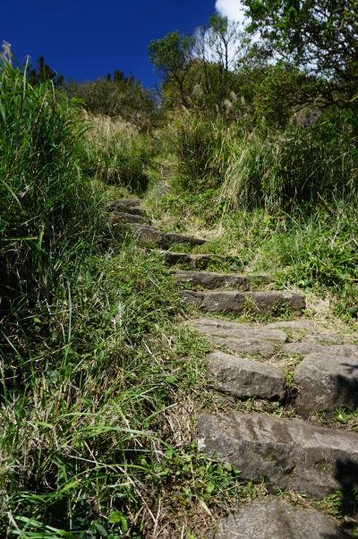 Turistický chodníček v Národnom parku Yangmingshan vedúci na vrchol hory Qixing