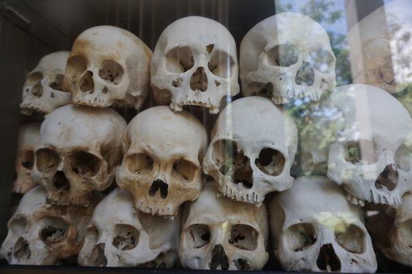 Vražedné polia Cheoung Ek - Vo vnútri pamätníka obetiam Červených Kmérov sú sklenené boxy s lebkami obetí režimu