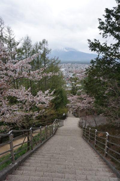 Výhľad na horu Fudži zo schodiska vedúceho k pagode Čureito
