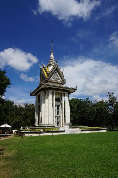 Vražedné polia Cheoung Ek - Pamätník obetiam Červených Kmérov, ktorých lebky sú vystavené vo vnútri veže