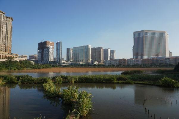 Ostrov Taipa v Macau - pohľad na najnovšie stavby v krajine, vpravo hotel a kasíno Venetian - najväčšie kasíno sveta