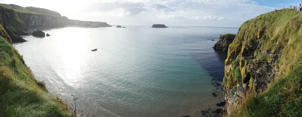 Pohľad na útesy, ktoré tvorili kedysi kráter sopky, z ostrova Carrick-a-Rede