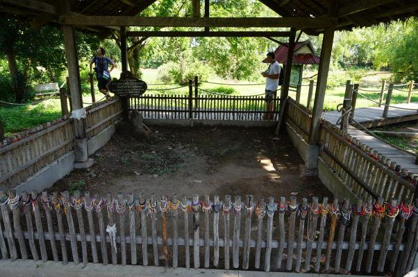 Vražedné polia Cheoung Ek - Jeden z masových hrobov