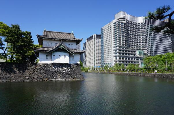 Cisársky palác v Tokiu - vodná priekopa a strážna veža na okraji areálu paláca