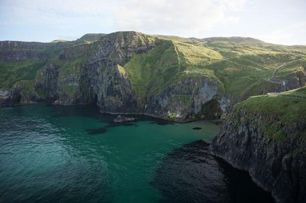 Útesy oproti ostrovu Carrick-a-Rede - Kedysi tu prskali tony magmy, dnes sa tu rozlieva priezračne čisté more