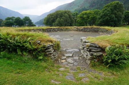 Zvyšok stavby (pevnosti) pri Hornom jazere v údolí Glendalough