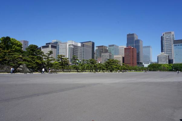Cisársky palác v Tokiu - široké priestranstvo pred palácom, lemované modernými mrakodrapmi