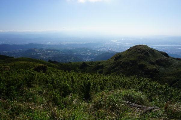 Výhľad z vrcholu hory Qixing (spiacej sopky) v Národnom parku Yangmingshan