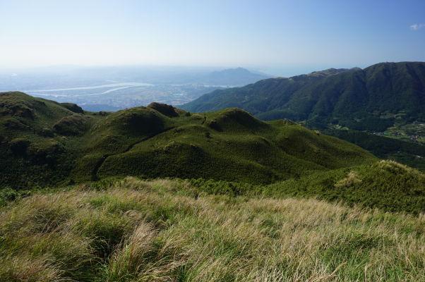 Výhľad z hory Qixing pri zostupe smerom na Xiaoyoukeng v Národnom parku Yangmingshan