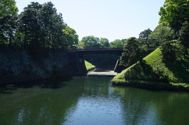 Cisársky palác v Tokiu - most, ktorý je už súčasťou privátnej časti paláca, ktorá je dodnes oficiálnou rezidenciou cisára