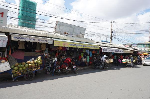 Ruský trh v Phnom Penhu - je obľúbený vďaka nižším cenám oproti iným trhom a nakúpite tu najmä oblečenie