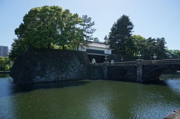 Cisársky palác v Tokiu - jedna zo vstupných brán s mostom cez vodnú priekopu